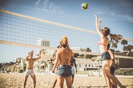 Groupe d & # 39 ; amis jouant à la plage sur la plage de sable Banque d'images - 98083255