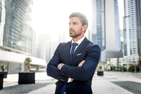 Hübscher kaukasischer Geschäftsmann - Porträt eines Geschäftsmannes, der draußen geht