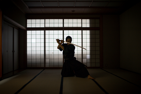 Japanese martial arts athlete training kendo in a dojo - Samaurai practicing in a gym Banco de Imagens