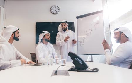 Arabisch commercieel team op kantoor Stockfoto