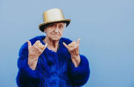 Portraits de grand-mère sur fond coloré Banque d'images