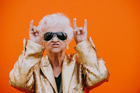 Großmutterporträts auf farbigem Hintergrund