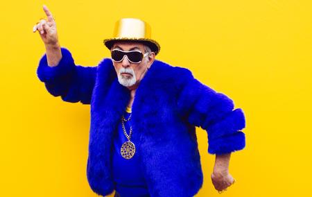 Großvaterporträts auf farbigem Hintergrund