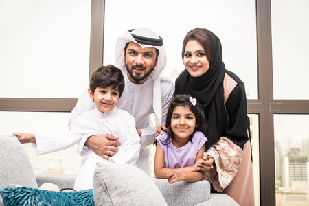 Feliz familia árabe divirtiéndose en casa