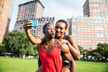 Couple en cours d'exécution à New York - Homme et femme sportive s'entraînant à l'extérieur et s'amusant tout en se reposant Banque d'images