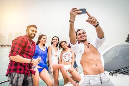 Grupo de amigos haciendo fiesta en un yate en Dubai - Gente feliz con una fiesta elegante en un barco de lujo