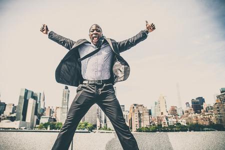 Confiant heureux homme d'affaires exultant