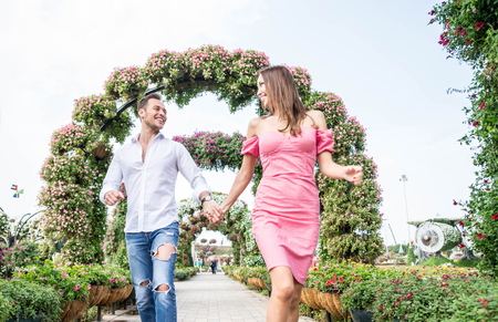 Coppia innamorata in un appuntamento romantico
