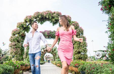 Pareja enamorada en una cita romántica