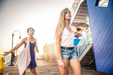 Twee jonge vrouwen die ruzie hebben. Boze woede-meisjes schreeuwen tegen elkaar