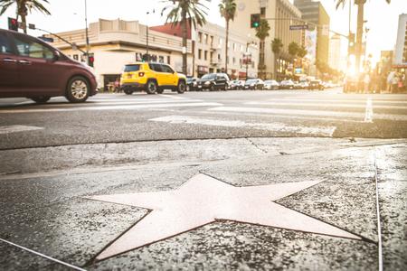 Paseo de la fama al atardecer en Hollywood Boulevard