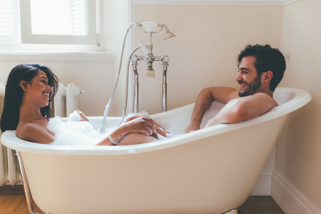 Verliebtes Paar, das Zeit zusammen im Haus verbringt. Romantische Momente im Badezimmer Standard-Bild