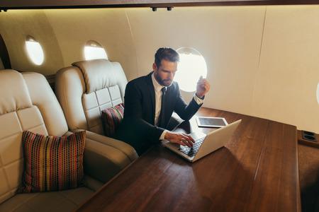 Uomo d'affari che vola sul suo jet privato