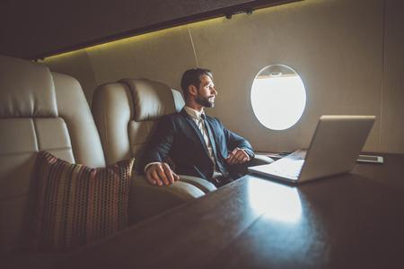 Biznesmen latający swoim prywatnym odrzutowcem