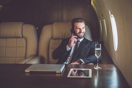 Uomo d'affari che vola sul suo jet privato Archivio Fotografico