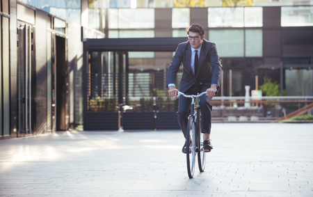 handsome young business man with his modern bicycle. Stok Fotoğraf - 106769353