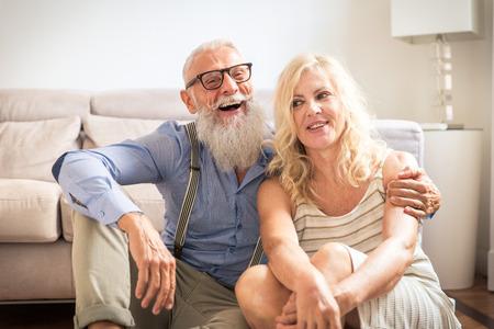 Älteres Ehepaar in den 60er Jahren, das Spaß zu Hause hat - Fröhliches Porträt eines Ehepaares, Konzepte zu Dienstalter und Beziehung Standard-Bild