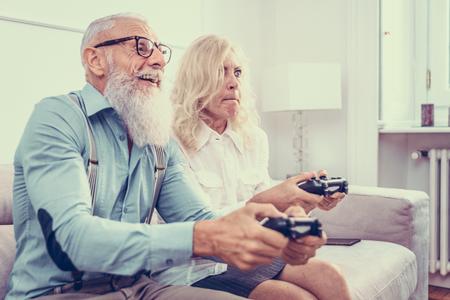 Älteres Ehepaar in den 60er Jahren, das Spaß zu Hause hat - Fröhliches Porträt eines Ehepaares, Konzepte zu Dienstalter und Beziehung