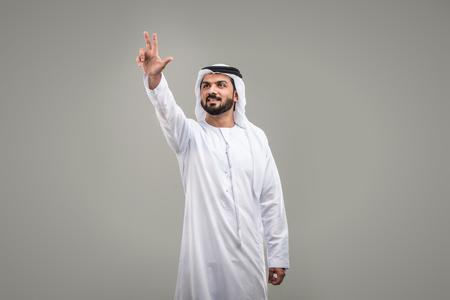 Portrait of arabic man with kandora in a studio Archivio Fotografico - 108943778