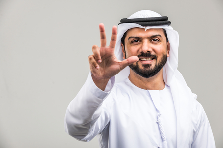 Portrait of arabic man with kandora in a studio Archivio Fotografico - 108943780