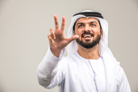 Portrait of arabic man with kandora in a studio Archivio Fotografico - 108943798