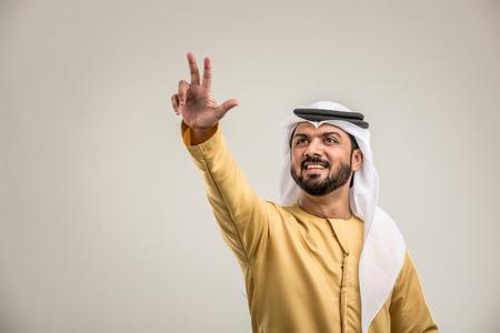 Portrait of arabic man with kandora in a studio Archivio Fotografico - 108942131