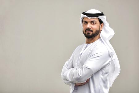Porträt des arabischen Mannes mit Kandora in einem Studio