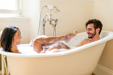 Jong vrolijk paar thuis - Intieme momenten, paar baden
