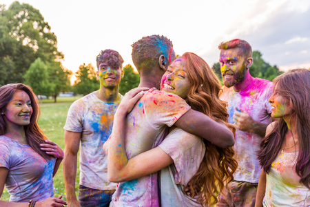 Group of happy friends playing with holi colors in a park - Young adults having fun at a holi festival, concepts about fun, fun and young generation 版權商用圖片 - 110003975