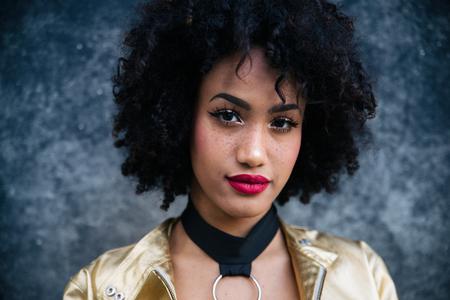 Portrait d'une belle jeune femme afro-américaine Banque d'images