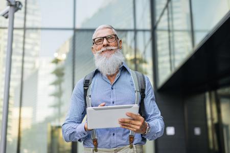 Hübsches Porträt eines älteren Mannes - Jugendlicher und stilvoller Mann in den sechziger Jahren, Konzepte über Lebensstil, Senioren und Geschäft