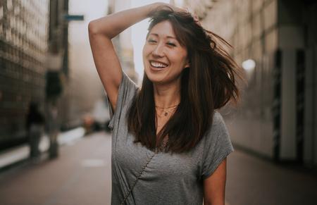 Schönes japanisches Frauenporträt im Freien
