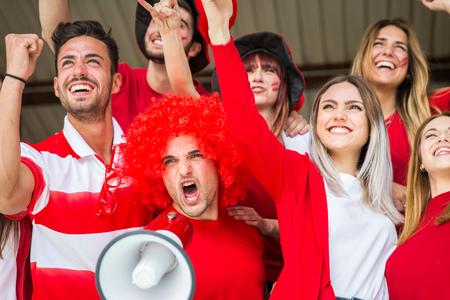 Aficionados al fútbol en el estadio - Aficionados al fútbol divirtiéndose y mirando el partido de fútbol
