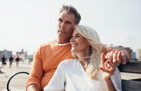 Feliz pareja senior pasar tiempo en la playa. Conceptos sobre el amor, la antigüedad y las personas