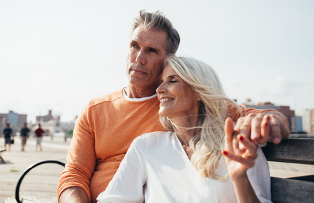 Glückliches älteres Paar, das Zeit am Strand verbringt. Konzepte über Liebe, Seniorität und Menschen
