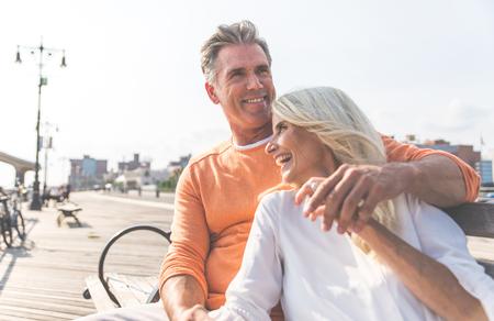 Felice coppia senior trascorrere del tempo in spiaggia. Concetti sull'amore, l'anzianità e le persone
