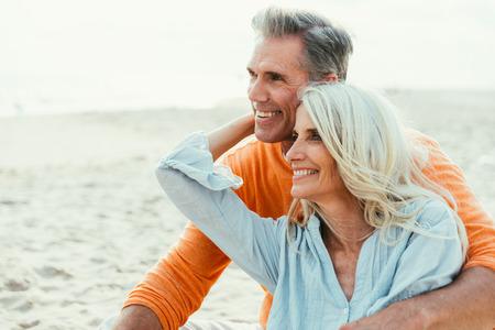 Glückliches älteres Paar, das Zeit am Strand verbringt. Konzepte über Liebe, Seniorität und Menschen Standard-Bild