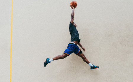 Basketball player training on a court in New york city Archivio Fotografico - 111346424