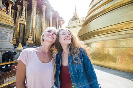 Couple of beautiful girls visiting bangkok main attractions Banque d'images - 117615577