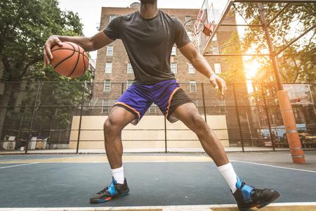 Joueur de basket-ball afro-américain s'entraînant sur un terrain à New York - Homme sportif jouant au panier à l'extérieur