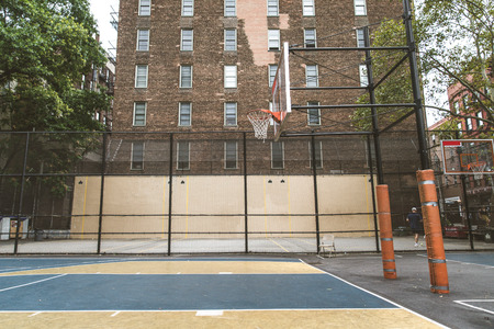 Afro-american basketball player training on a court in New York - Sportive man playing basket outdoors Zdjęcie Seryjne