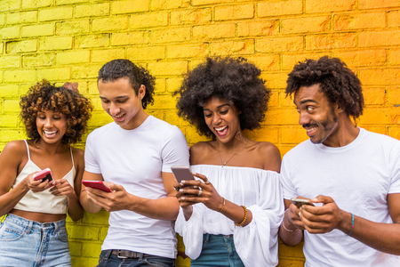 Groupe d'amis afro-américains se liant à Manhattan, New York - Jeunes adultes s'amusant à l'extérieur, concepts sur le mode de vie et la génération de jeunes adultes