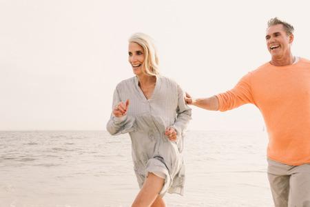 Schönes, glückliches Seniorenpaar, das sich im Freien trifft - Junges Ehepaar, das Spaß hat und das Leben zusammen genießt