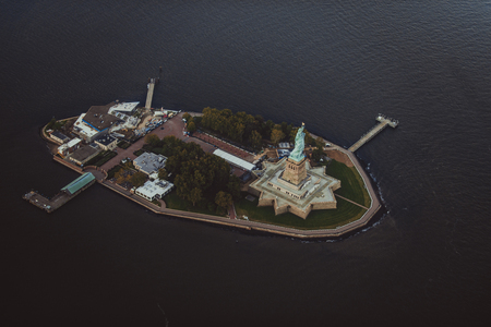 Statue of Liberty from above, New York - View of NY landmarks from helicopter tour Zdjęcie Seryjne