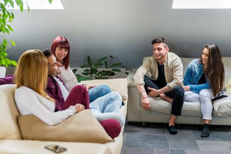 Gruppe glücklicher Freunde, die sich zu Hause verbinden - Junge Erwachsene, die Party machen und verschiedene Aktivitäten unternehmen