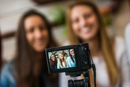 Blogerzy modowi i kosmetyczni rozmawiają, nagrywając transmisję vloga