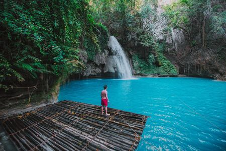 La cascata azzurra di Kawasan a Cebu. L'attrazione principale dell'isola. Concetto di natura e voglia di viaggiare