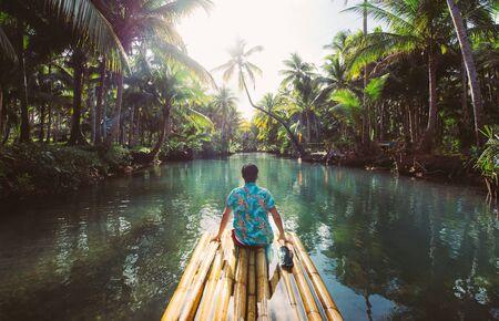 Giungla di palme nelle Filippine. concetto di viaggi tropicali voglia di viaggiare. dondolando sul fiume. Gente che si diverte