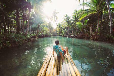 Giungla di palme nelle Filippine. concetto di viaggi tropicali voglia di viaggiare. dondolando sul fiume. Gente che si diverte Archivio Fotografico