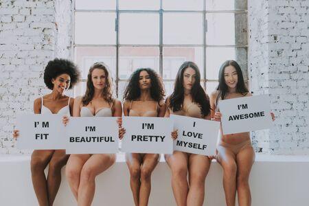 Groep vrouwen met een ander lichaam en etniciteit die samen poseren om de kracht en kracht van de vrouw te tonen. Bochtig en mager soort vrouwelijk lichaamsconcept Stockfoto